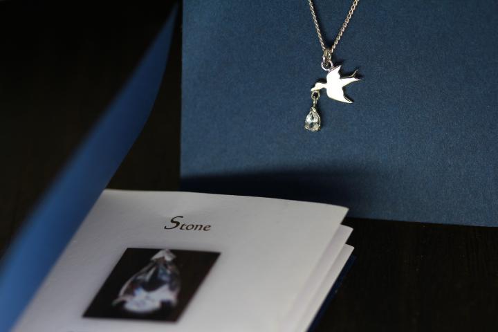鳥が幸せを運んできたジュエリー冊子