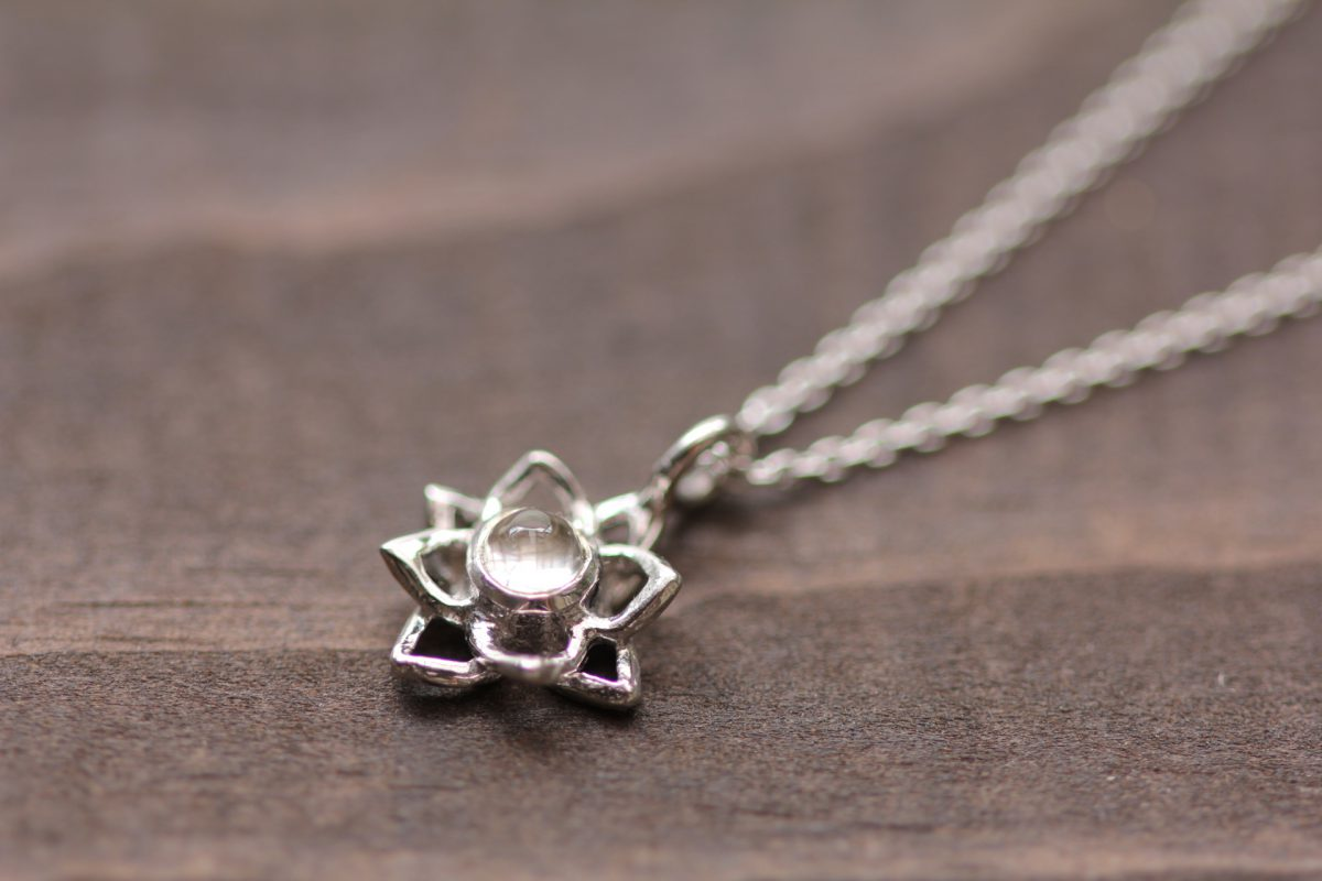 蓮の花ネックレス水晶