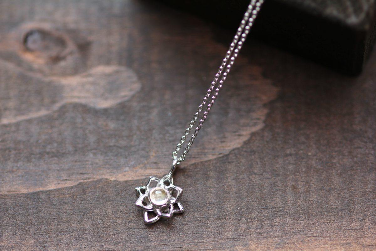 蓮の花SVネックレス