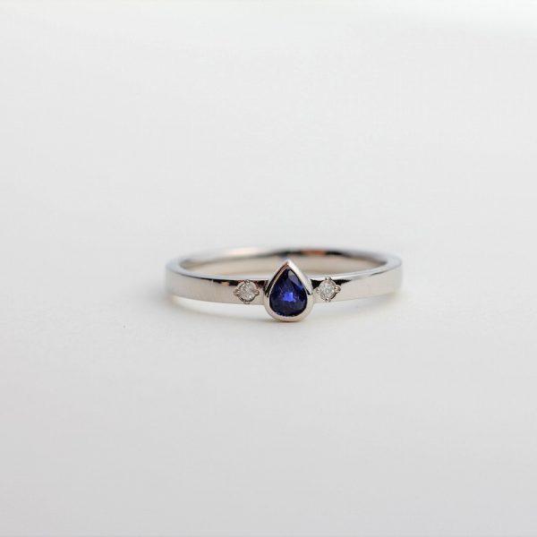 古いプラチナの指輪を溶かして、サファイアの指輪へとリフォーム